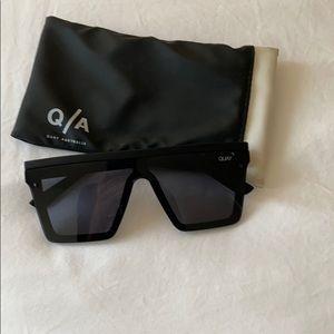 Quay sunglasses with sleeve